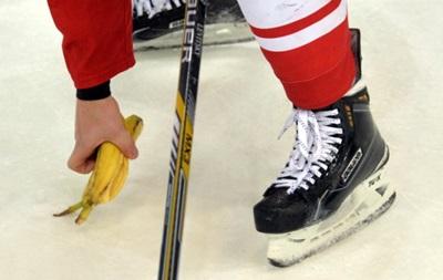 В Москве болельщики во время матча бросили темнокожему хоккеисту банан